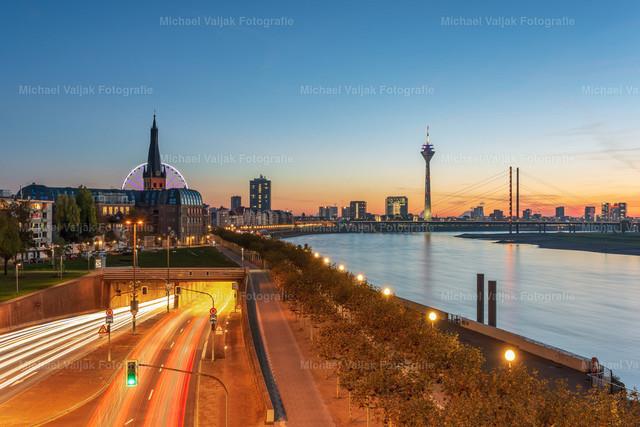 Düsseldorf am Rhein   Blick von der Oberkasseler Brücke in Richtung Rheinufertunnel, Altstadt mit dem Riesenrad