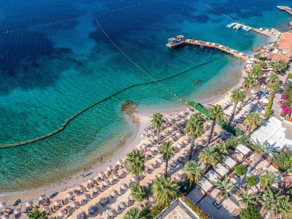 Drohnenperspektive in der Türkei  | Blick von oben auf ein paar Hotels am Strand von Bodrum