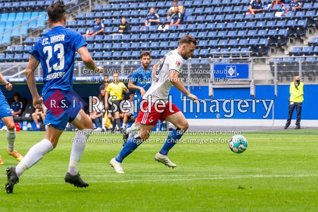 Fußball, Herren, Testspiel, Hamburger SV - FC Hansa Rostock, Volksparkstadion, 09.08.2020 | Manuel Wintzheimer (#19 HSV) am Ball
