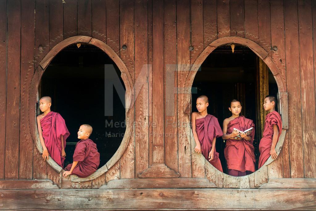 MW0115-9315 | Myanmar: Buddhistische Mönche im Teakholzkloster am Inle-See