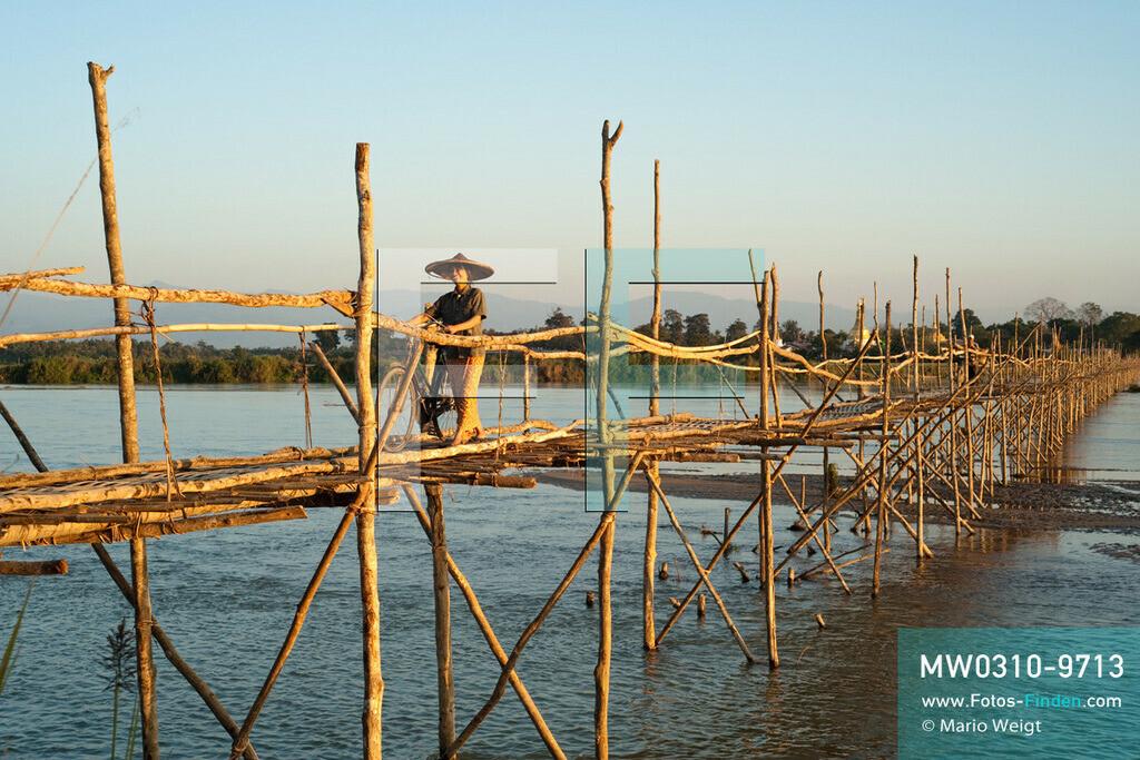 MW0310-9713 | Myanmar | Kachin State | Bhamo | Reportage: Schiffsreise von Bhamo nach Mandalay auf dem Ayeyarwady | Temporäre Brücke über den Tamphin, einen Zufluss des Ayeyarwady, bei Bhamo  ** Feindaten bitte anfragen bei Mario Weigt Photography, info@asia-stories.com **