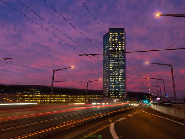 Primetower   Langzeitbelichtung auf der Hardbrücke in Zürich, mit dem Primetower im Hintergrund