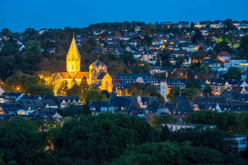 JT-200919   Die St.-Ludgerus-Kirche, in Essen-Werden, Abteikirche, mit dem Schrein des heiligen Ludgerus, in der Krypta, rechts Gebäude der Folkwang Universität der Künste, Essen  NRW, Deutschland