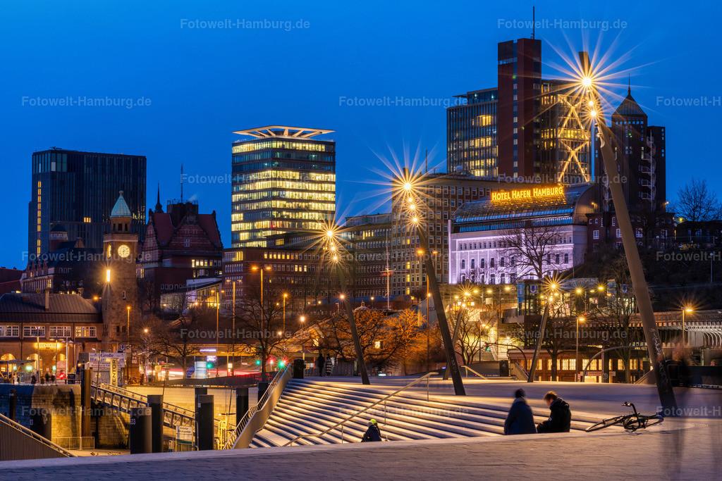 10210302 - Blaue Stunde an den Landungsbrücken | Blaue Stunde an den Landungsbrücken mit Blick auf das Hotel Hafen Hamburg und den Astra Turm.