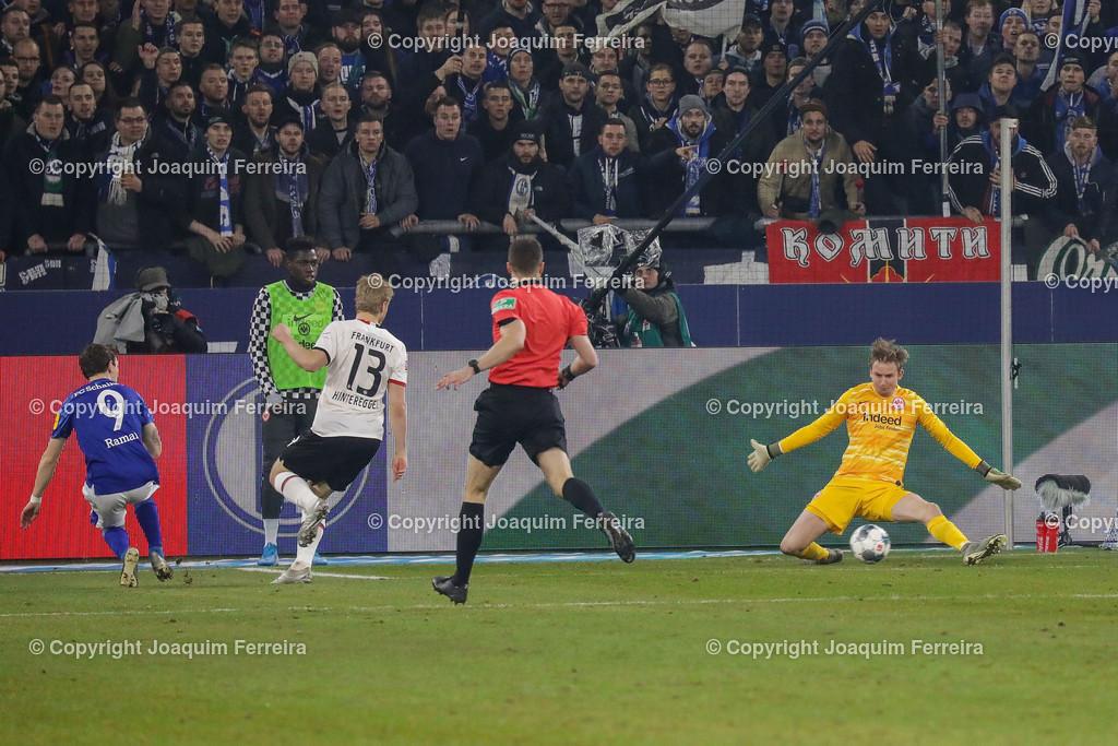 191215_schvssge_0075 | 15.12.2019 Fussball 1.Bundesliga, FC Schalke 04 - Eintracht Frankfurt  emspor  v.l.,  Benito Raman (FC Schalke 04) Goal scored, Tor zum 1:0, Martin Hinteregger  (Eintracht Frankfurt), goalkeeper, torwart Frederik Rönnow (Eintracht Frankfurt)    (DFL/DFB REGULATIONS PROHIBIT ANY USE OF PHOTOGRAPHS as IMAGE SEQUENCES and/or QUASI-VIDEO)