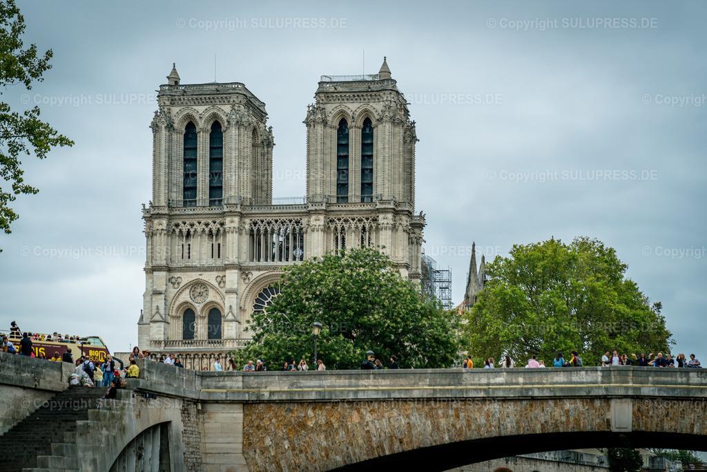 Notre-Dame de Paris   22.09.2019, die römisch-katholische Kirche Notre-Dame de Paris (Unsere Liebe Frau von Paris) ist die Kathedrale des Erzbistums Paris. Die Kirche ist der Gottesmutter Maria geweiht und wurde in den Jahren von 1163 bis 1345 gebaut. Somit ist es eines der frühesten gotischen Kirchengebäude Frankreichs. Ihr Name lautet auf Französisch Cathédrale Notre-Dame de Paris, oft einfach nur Notre-Dame. Ihre charakteristische Silhouette erhebt sich im historischen Zentrum von Paris auf der Ostspitze der Seine-Insel Île de la Cité im 4. Pariser Arrondissement. Nach dem Großbrand am 15. April 2019 wird das Gottesthaus wieder aufgebaut und ist derzeit eine Großbaustelle.