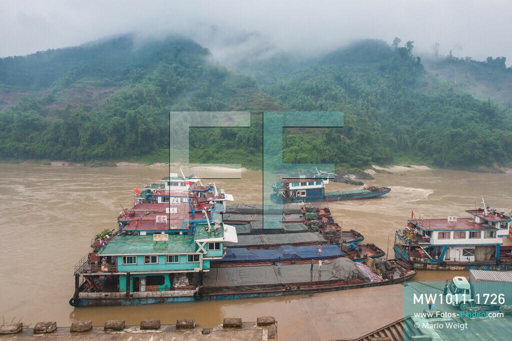 MW1011-1726 | China - Thailand | Provinz Yunnan | Xishuangbanna | Reportage: Schiffsreise mit dem Cargoboot von Guan Lei nach Chiang Saen auf dem Mekong | Chinesische Frachter im Hafen von Guan Lei. In China heißt der Mekong Lancang Jiang (Turbulenter Fluss).  ** Feindaten bitte anfragen bei Mario Weigt Photography, info@asia-stories.com **