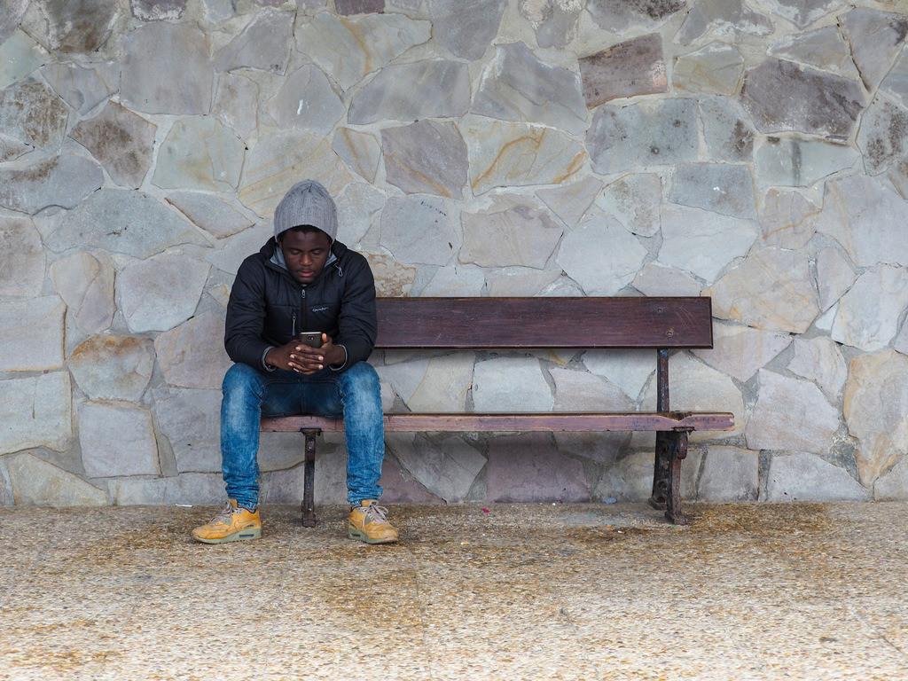Homesick | Mann kontaktiert Familie. Zarautz, Spanien.