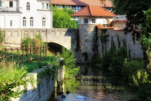 Mühlengraben | Der Mühlengraben, der an der Godehardikirche und dem Gefängnis vorbeifließt.