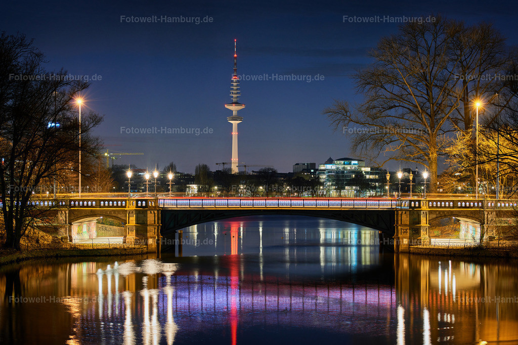 10190303 - Schwanenwik bei Nacht | Blick auf den Fernsehturm und die Schwanenwikbrücke