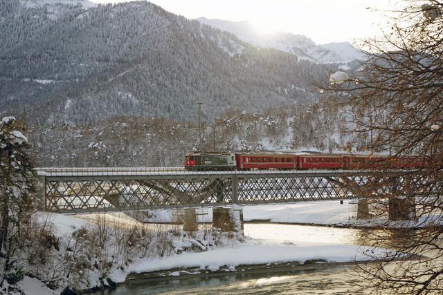 RhB Ge 4/4 II 616 | Die Spendenlok zieht Ihren Zug in Richtung Chur. Aufgenommen wurde das Bild auf der Rheinbrücke in Reichenau-Tammins im Kanton Graubünden. Unterhalb dieser Brücke befindet sich der Zusammnefluss von Vorder- und Hinterrhein. Hier beginnt der 1.232,7 km lange Fluss durch West- und Mitteleuropa.