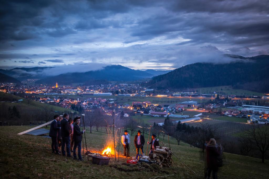 Scheibenschlagen | Scheibenschlagen ist ein alter Brauch im Schwarzwald, meist kurz vor Ostern schleudern die Jugendlichen über eine Rampe glühende Holzscheiben ins Tal, wie hier in Haslach-Schnellingen