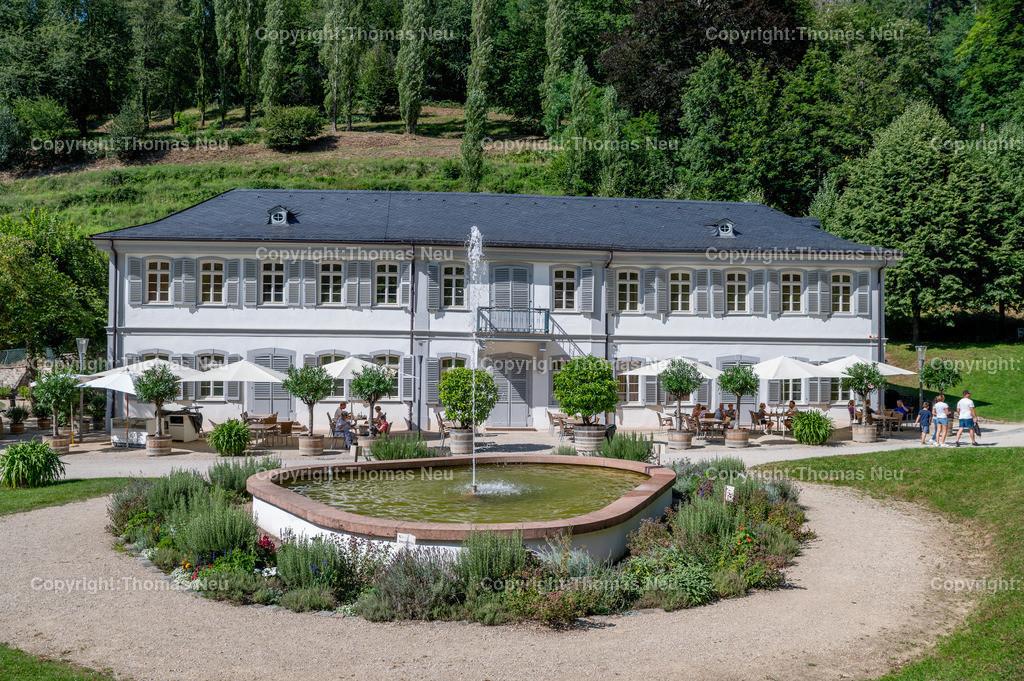 DSC_6926 | Staatspark Fürstenlager, Parkanlage, Hessen, Bensheim-Auerbach,, das Bild zeigt das Herrenhaus mit Brunnen,  Bild: Thomas Neu