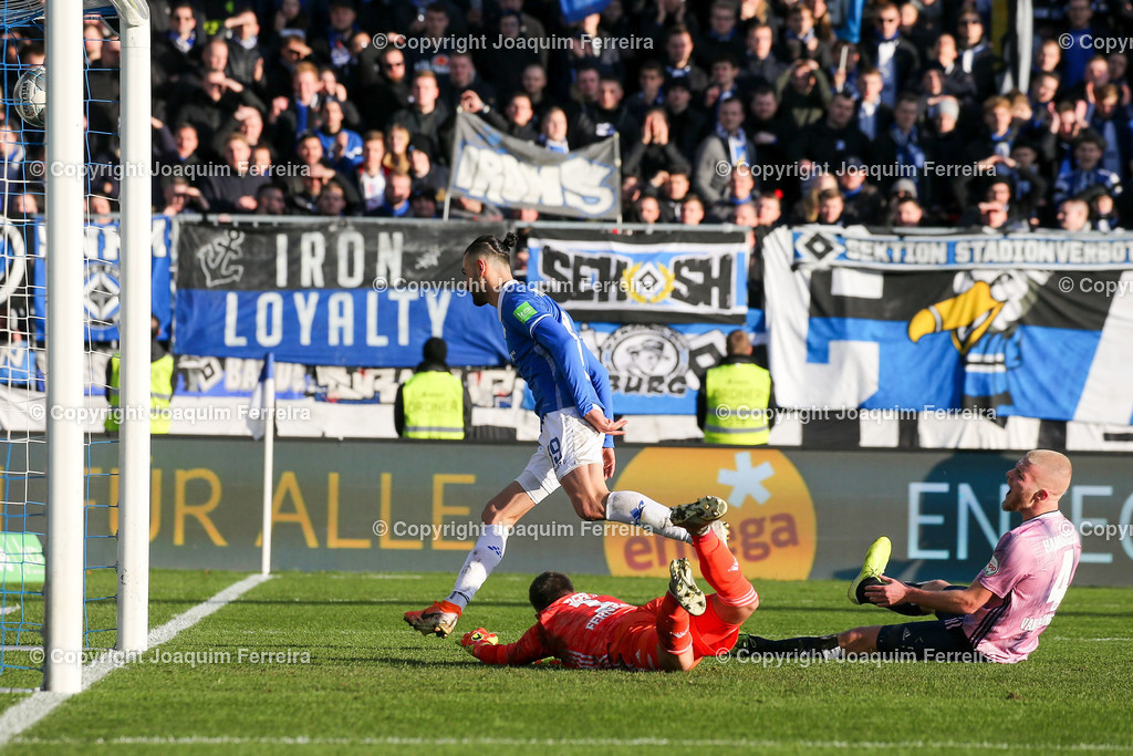 191221svdvshsv_1106 | 21.12.2019 Fussball 2.Bundesliga, SV Darmstadt 98-Hamburger SV emspor, despor  v.l.,  Goalkeeper, Torwart Daniel Heuer Fernandes (Hamburger SV), Serdar Dursun (SV Darmstadt 98), Goal scored, Tor zum 2:2, Rick van Drongelen (Hamburger SV)    (DFL/DFB REGULATIONS PROHIBIT ANY USE OF PHOTOGRAPHS as IMAGE SEQUENCES and/or QUASI-VIDEO)