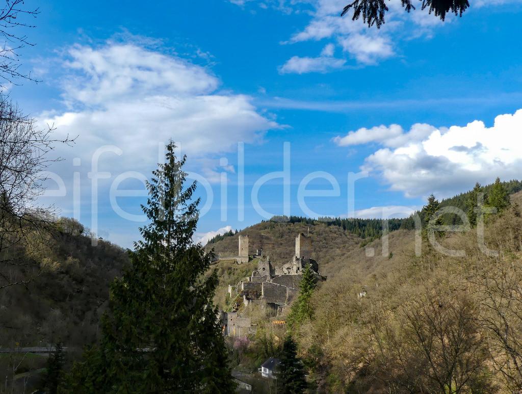 Burg Manderscheid im Sonnenschein | Blick auf Burg Manderscheid in der Vulkaneifel