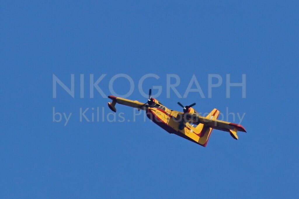 Löschflugzeug   Ein Löschflugzeug vom Typ Canadair CL-215 der griechischen Luftwaffe. Das Löschflugzeug wird bei Waldbränden eingesetzt. Als Amphibienflugzeug ist es in der Lage sowohl im Wasser als auch an Land zu laden.
