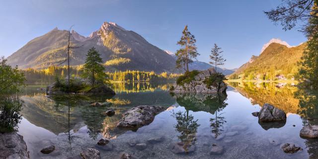 Spieglein, Spieglein, Hintersee | Auch wenn er schon tausendfach fotografiert worden ist: der Hintersee im äußersten Südosten Deutschlands gehört eindeutig zu den schönsten Seen des Landes. So ist es nicht verwunderlich, dass im Sommer bereits um 7 Uhr morgens zahlreiche Fotografen vor Ort sind, um die perfekte Spiegelung einzufangen.