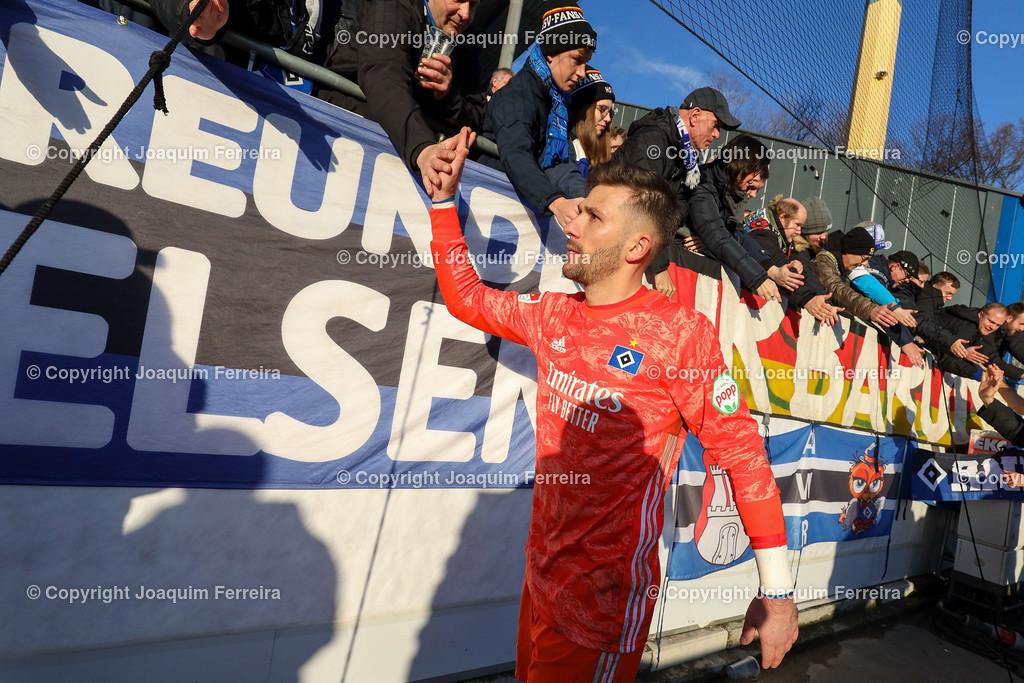 191221svdvshsv_1519   21.12.2019 Fussball 2.Bundesliga, SV Darmstadt 98-Hamburger SV emspor, despor  v.l.,  Goalkeeper, Torwart Daniel Heuer Fernandes (Hamburger SV),bedankt sich bei den Fans, bedanken, Dank. Mannschaft nach dem Spiel, after the match bedankt sich bei den Fans, applauds the fans    (DFL/DFB REGULATIONS PROHIBIT ANY USE OF PHOTOGRAPHS as IMAGE SEQUENCES and/or QUASI-VIDEO)