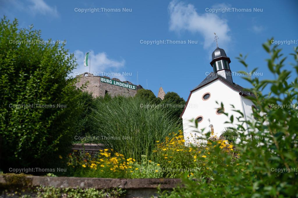 DSC_9913 | bli,Lindenfels in Sommerlaune, Blick vom blühenden Kurgarten auf die Burg und die katholische Kirche, ,, Bild: Thomas Neu