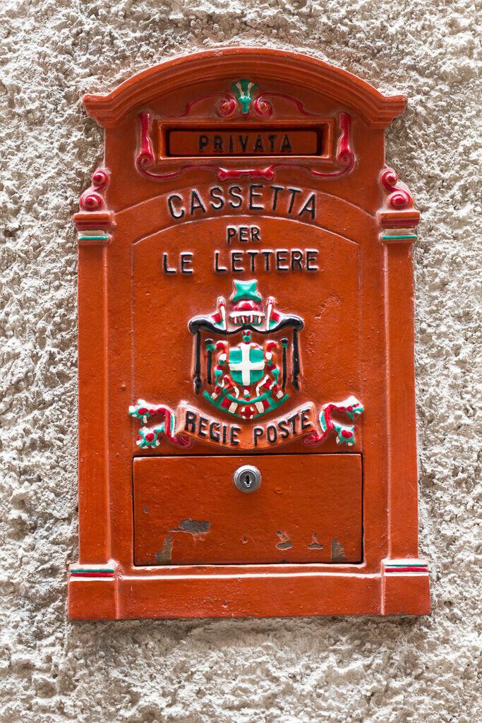 Briefkasten in Rot
