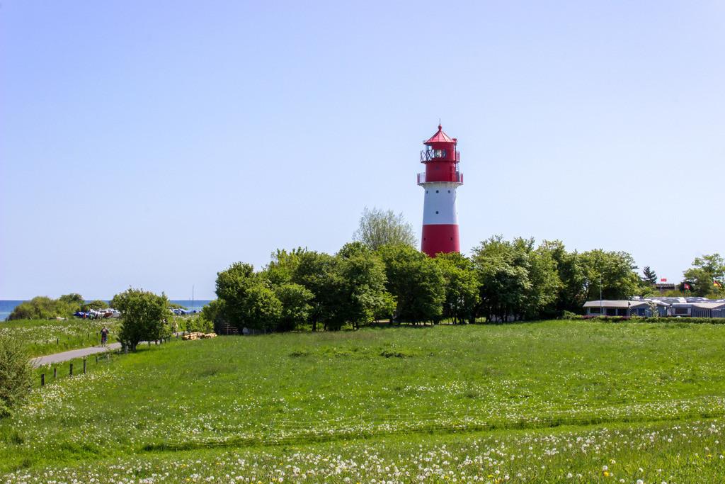 Leuchtturm in Falshöft   Leuchtturm in Falshöft im Frühling