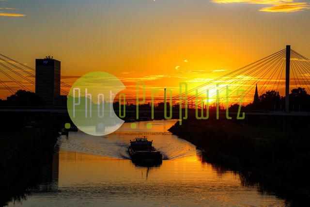 Sonnenuntergang am Neckar | Mannheim. 28JUL20 | Mannheim in der Abendsonne am Neckar. Sonnenuntergang. Mit Neckaruferbebauung und dem Collins Center (links)   BILD- ID 2120 | Bild: Photo-Proßwitz 27JUL20