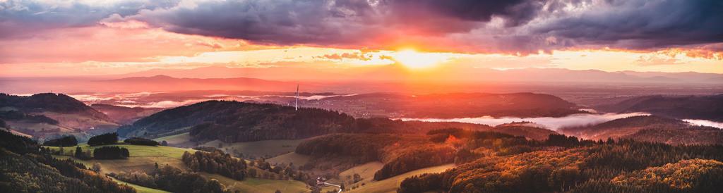 Farbenmeer im Schwarzwald | Farbenprächtiger Sonnenuntergang über der herrlichen Schwarzwaldlandschaft bei Freiamt