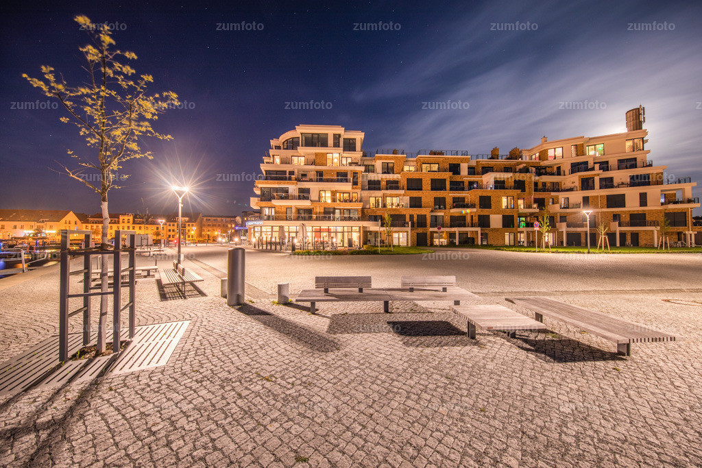 0-180429_2206-0153 | --Dateigröße 6702 x 4468 Pixel-- Nachtaufnahme vom im Stadthafen von Waren (Müritz) mit Vollmond am Himmel
