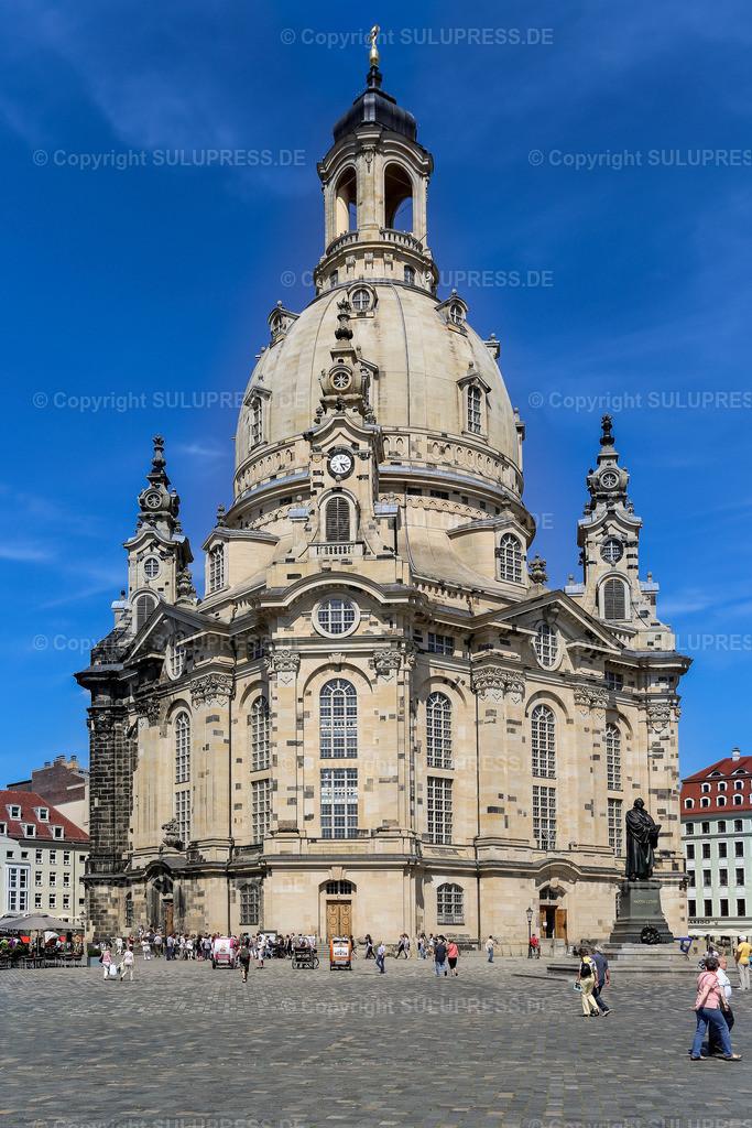 Die Frauenkirche in Dresden | Die Frauenkirche am Dresdner Neumarkt bei schönem Sommerwetter. Der prägende Monumentalbau besitzt eine der größten steinernen Kirchenkuppeln nördlich der Alpen und gilt als einer der größten Sandsteinbauten der Welt.