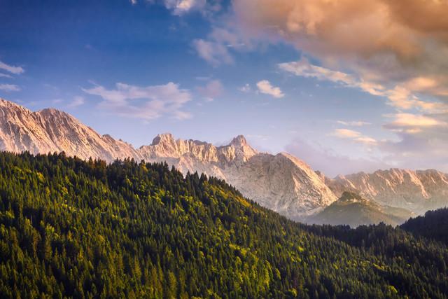 Zugspitze im Abendlicht | Je tiefer die Sonne am Horizont steht, desto plastischer modelliert das Licht die Strukturen der Landschaft. Die Zugspitze glüht fast ein wenig im sanften Abendlicht. Ein tolles Naturschauspiel.