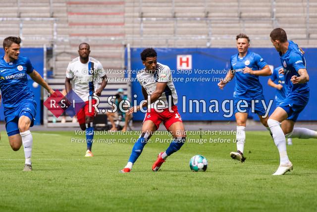 Fußball, Herren, Testspiel, Hamburger SV - FC Hansa Rostock, Volksparkstadion, 09.08.2020   Xavier Amaechi (#17 HSV) am Ball