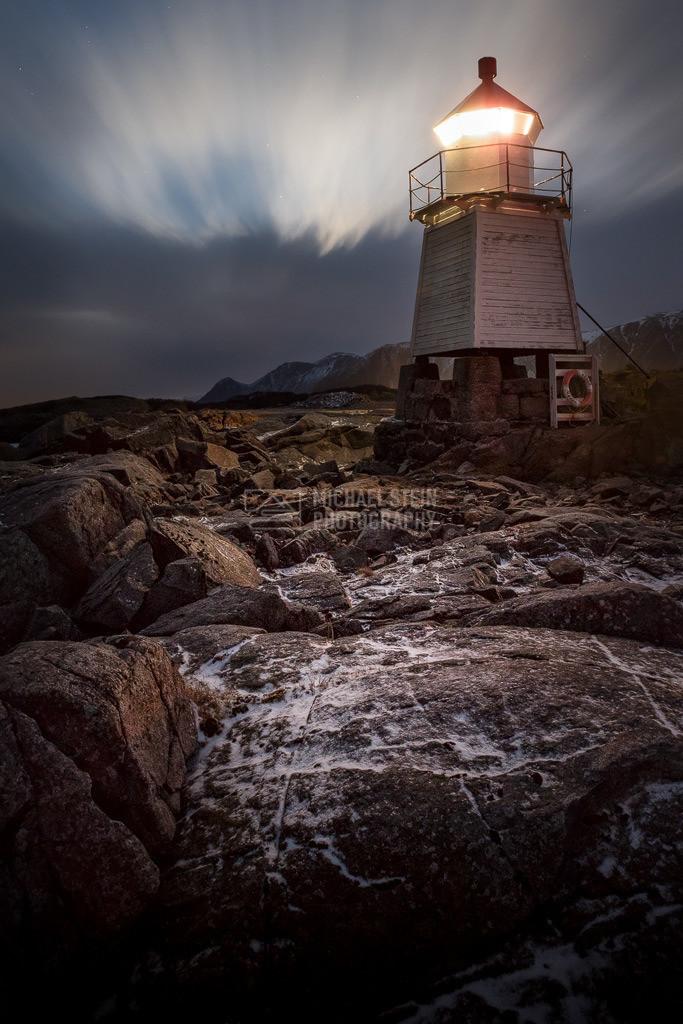 Norwegen - Leuchtturm bei Nacht | Leuchtturm Laukvik bei Sturm in der Nacht auf den Lofoten