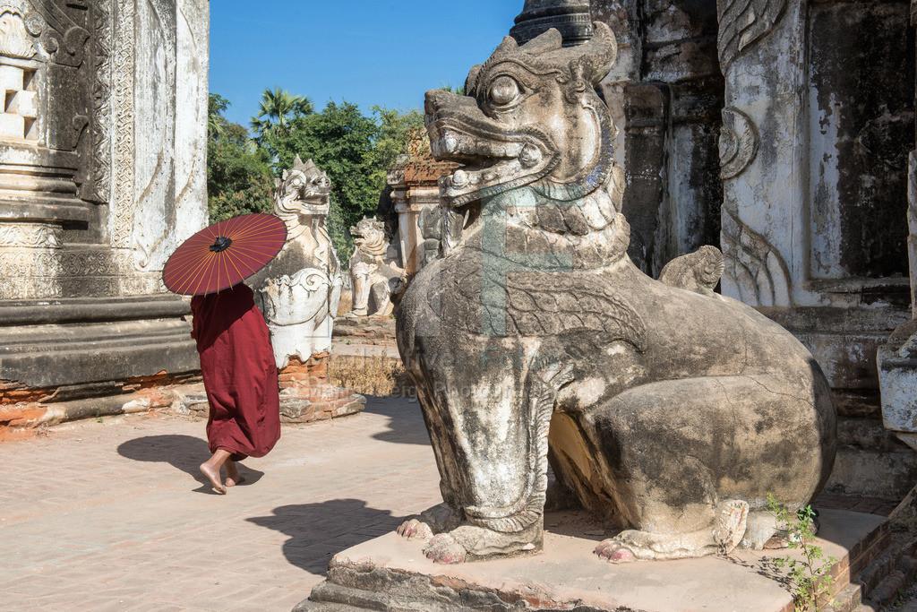 MW0119-6239 | Fotoserie DER ROTE SCHIRM | Buddhistischer Mönch im roten Säulengang aus Teakholz in Salay