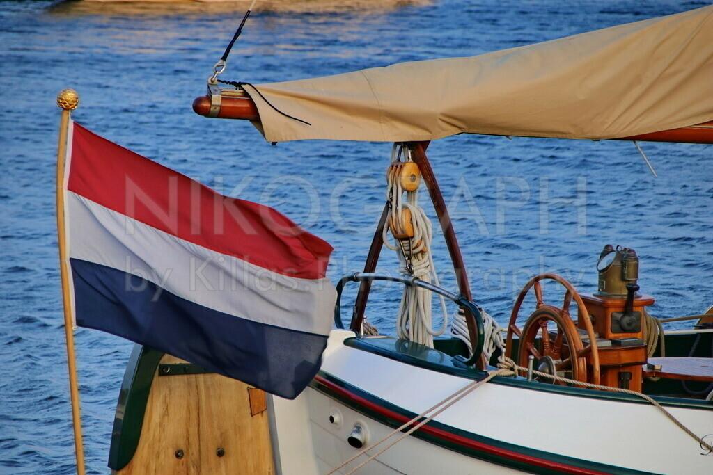 Flagge der Niederlande   Die Flagge der Niederlande am Heck eines Segelbootes.