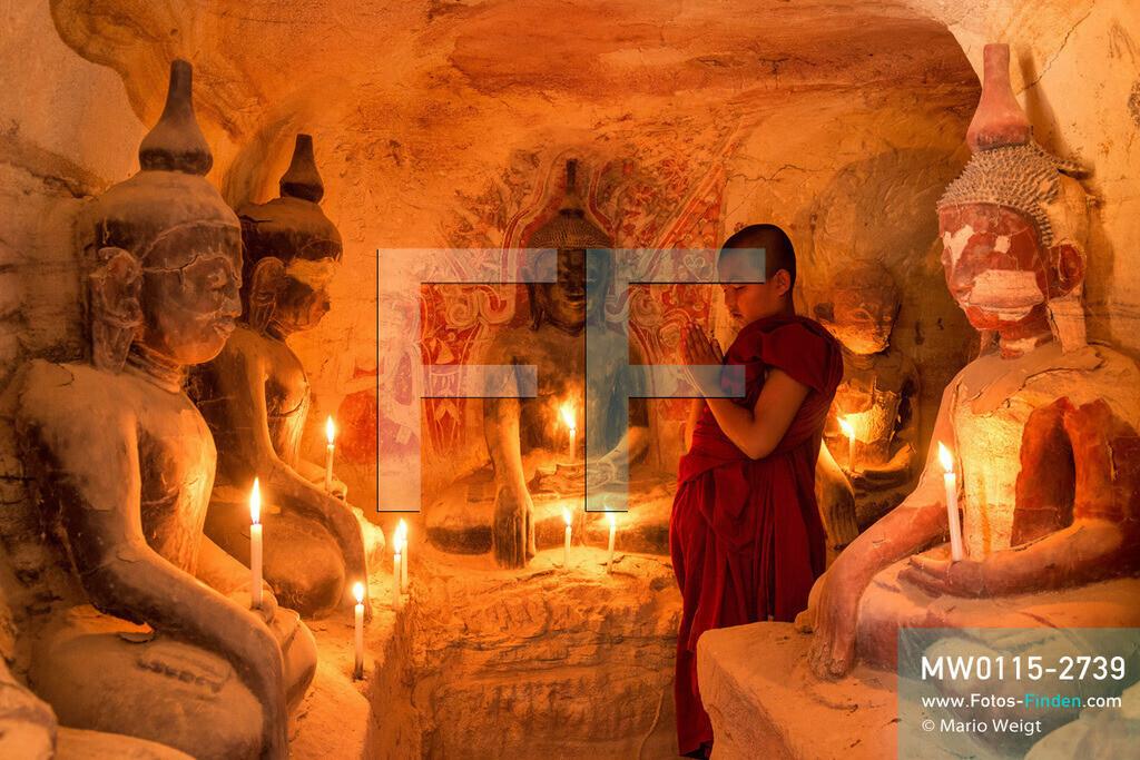 MW0115-2739 | Myanmar | nahe Monywa | Meditative Fotos | Buddhistischer Mönch beim Beten in der Hpo-Win-Daung-Höhle mit Buddha-Statuen und Wandmalereien  ** Feindaten bitte anfragen bei Mario Weigt Photography, info@asia-stories.com **