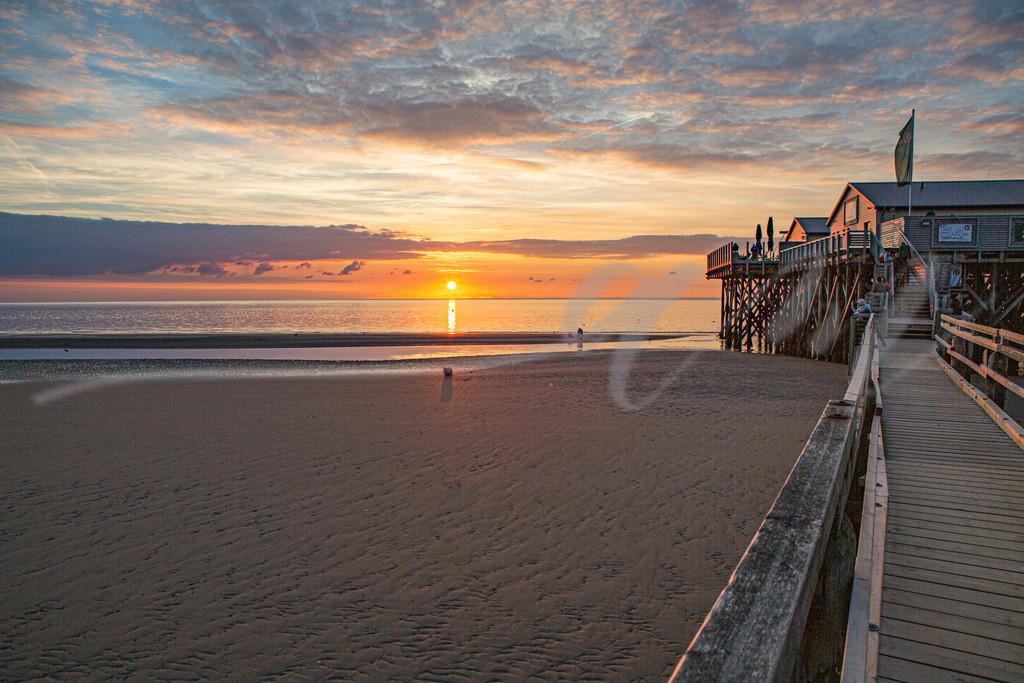 Die Sonne versinkt in der Nordsee in St. Peter-Ording | Sonnenuntergang an der Strandbar 54 Grad Nord