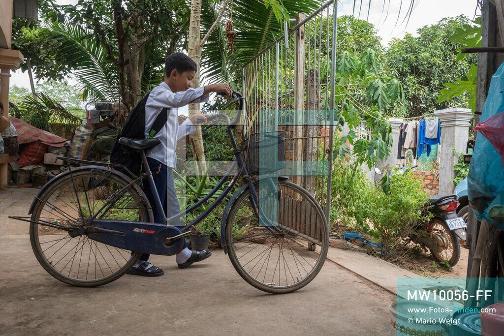 MW10056-FF | Kambodscha | Siem Reap | Reportage: Sombath erkundet Angkor | Zur Schule fährt Sombath fünf Kilometer mit dem Rad. Der achtjährige Sombath lebt in Kambodscha im Dorf Anjan, sechs Kilometer westlich von Siem Reap entfernt. In seiner Freizeit nimmt ihn manchmal sein Onkel in die berühmte Tempelanlage von Angkor mit. Besonders mag er die riesigen Wurzeln der Kapokbäume, die auf den uralten Mauern wachsen. Seine Lieblingstempel in Angkor sind Ta Prohm, Banteay Kdei und Preah Khan.  ** Feindaten bitte anfragen bei Mario Weigt Photography, info@asia-stories.com **