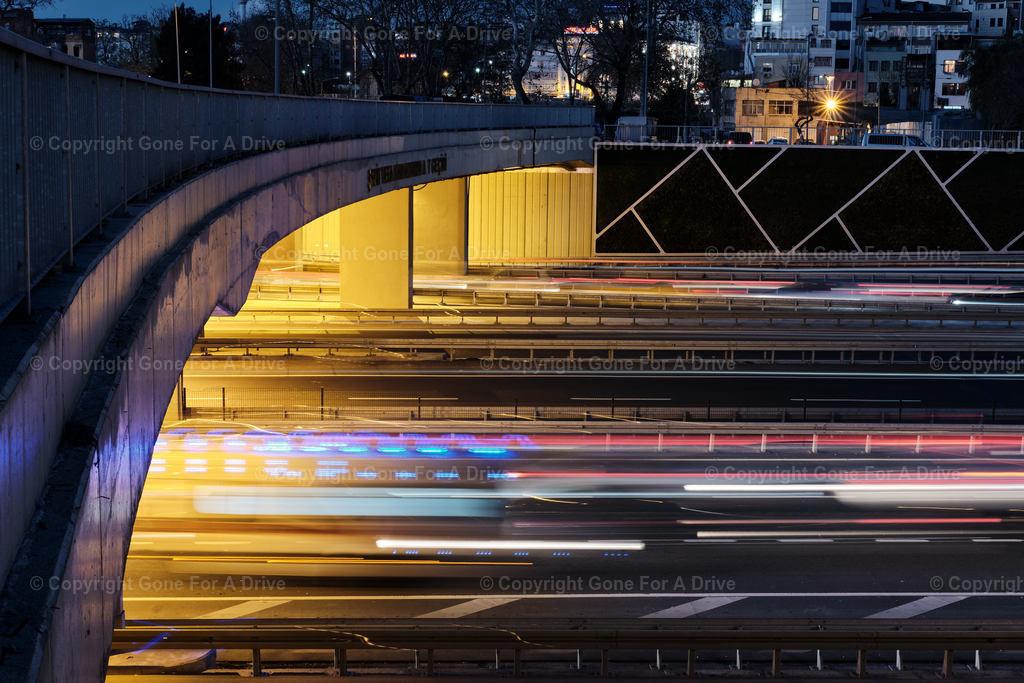 Türkei | Lichtstreifen von Autolichtern bei Nacht