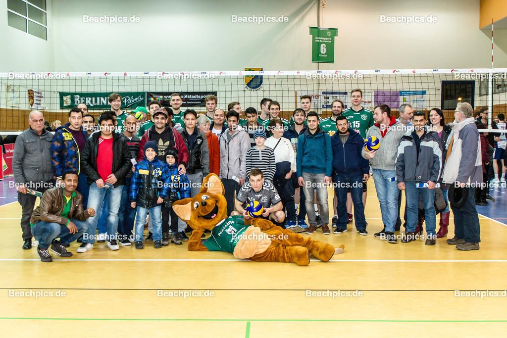 2016_165_BLM_Netzhoppers-Lüneburg | Netzhoppers Mannschaft mit Flüchtlingen, die waren als Zuschauer zum Spiel eingeladen