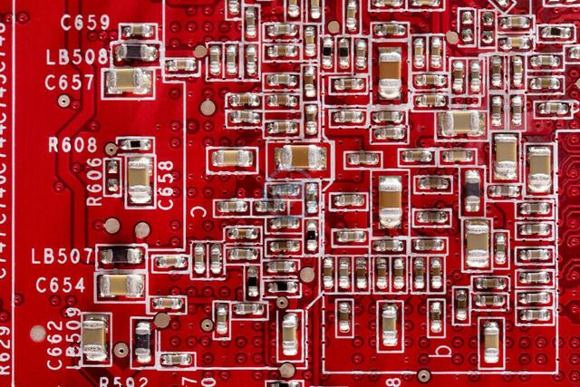 Nahaufnahme rotes Platinendetail | DEU, Deutschland, Stuttgart, 18.11.2009, Detailaufnahme rote Computerplatine Grafikkarte mit aufgelöteten Bauteilen [© 2009 (c)Christoph Hermann, Bild-Kunst Urheber 707707, Karlstrasse 94, 70794 Filderstadt, 0711/6365685;   www.hermann-foto-design.de ; Contact: E-Mail ch@hermann-foto-design.de, fon: +49 711 636 56 85,  ]