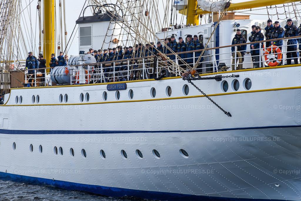 Gorch Fock Rückkehr nach Kiel   Kiel, nach fast sechs Jahren und einer vollständigen Grundinstandsetzung für 135 Millionen Euro kehrt das Segelschulschiff Gorch Fock (Bj. 1958) in seinen Heimathafen nach Kiel zurück. Am Nachmittag macht die Dreimastbark am Marinestützpunkt Kiel-Wik wieder an der Gorch-Fock-Mole fest. Detail der Mannschaft beim Einlaufen.