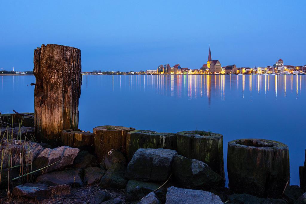 Blick über die Warnow auf die Stadt Rostock am Abend   Blick über die Warnow auf die Stadt Rostock am Abend.