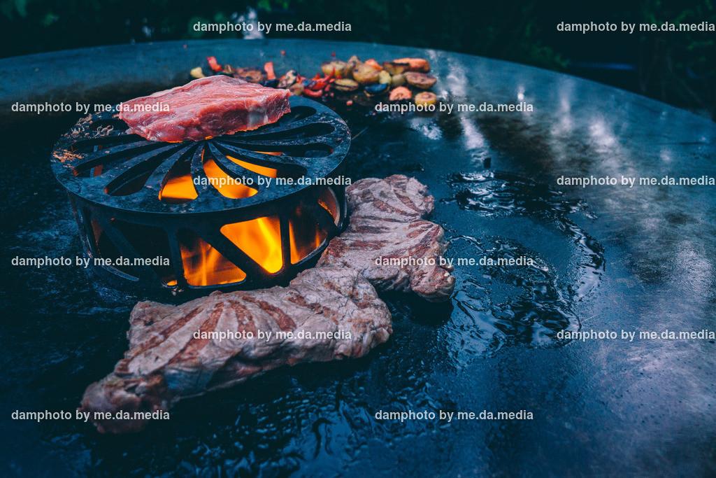 Schweinbauch im Speckmantel von der Feuerplatte mit Grillgemüse   Schweinbauch im Speckmantel von der Feuerplatte mit Grillgemüse