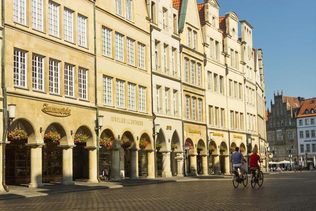 Münster - Innenstadt | Innenstadt von Münster mit zwei Fahrradfahrern. ARD Tatort-Stadt der Kommisare Thiel und Boerne.