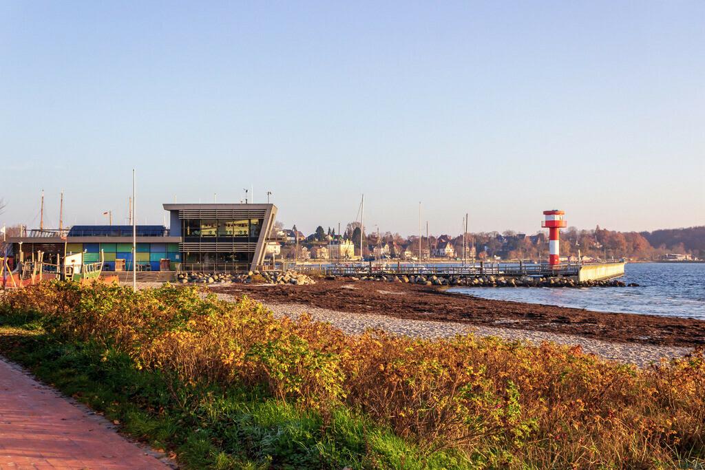Strand in Eckernförde   Promenade am Strand in Eckernförde mit Blick auf den Leuchtturm