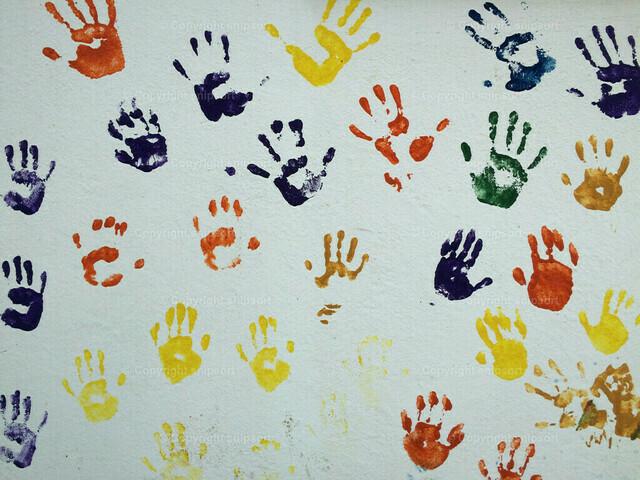 Bunte Handabdrücke | Abdrücke von Kinderhandflächen auf einer weißen Wand