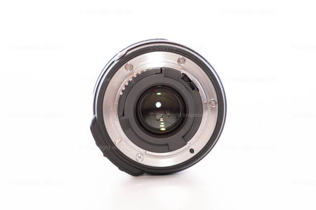 Wechselobjektiv (Rückseite) | Ein Fotoobjektiv von der Rückseite mit geöffneten Lamellen (Isoliert)