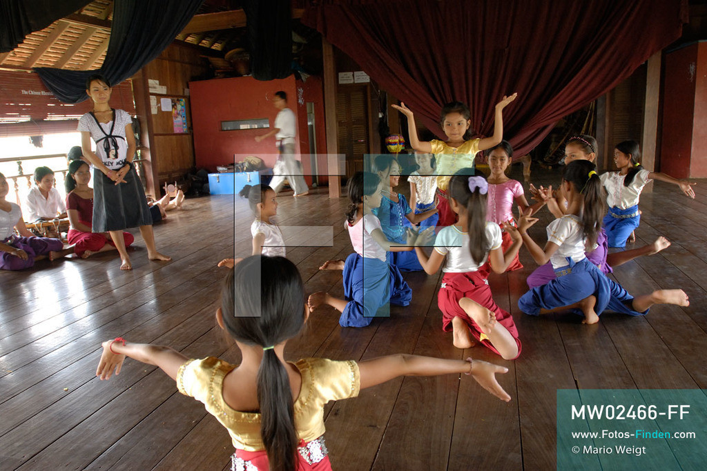 MW02466-FF   Kambodscha   Phnom Penh   Reportage: Apsara-Tanz   Schülerinnen lernen in einer Tanzschule den Apsara-Tanz. Sechs Jahre dauert es mindestens, bis der klassische Apsara-Tanz perfekt beherrscht wird. Kambodschas wichtigstes Kulturgut ist der Apsara-Tanz. Im 12. Jahrhundert gerieten schon die Gottkönige beim Tanz der Himmelsnymphen ins Schwärmen. In zahlreichen Steinreliefs wurden die Apsara-Tänzerinnen in der Tempelanlage Angkor Wat verewigt.   ** Feindaten bitte anfragen bei Mario Weigt Photography, info@asia-stories.com **