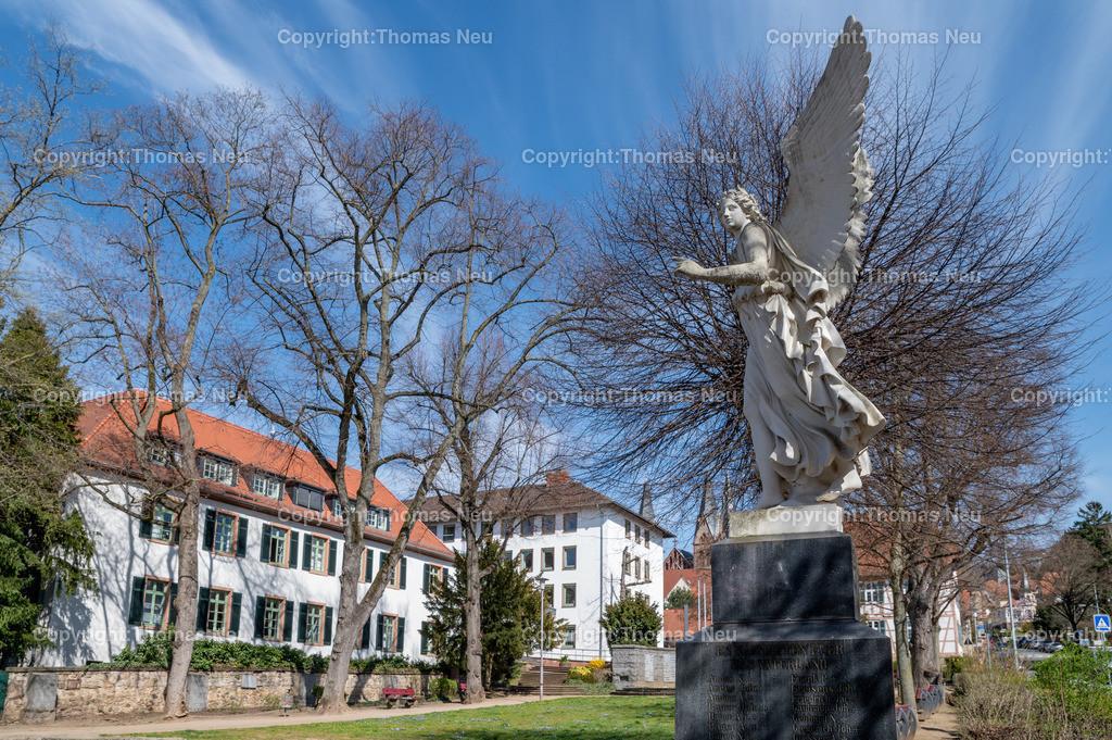 DSC_2689 | bhe,bre,Geppenheim, Landratsamt, altes Gebäude Gräffstraße/Graben, Engel im Park, ,, Bild: Thomas Neu