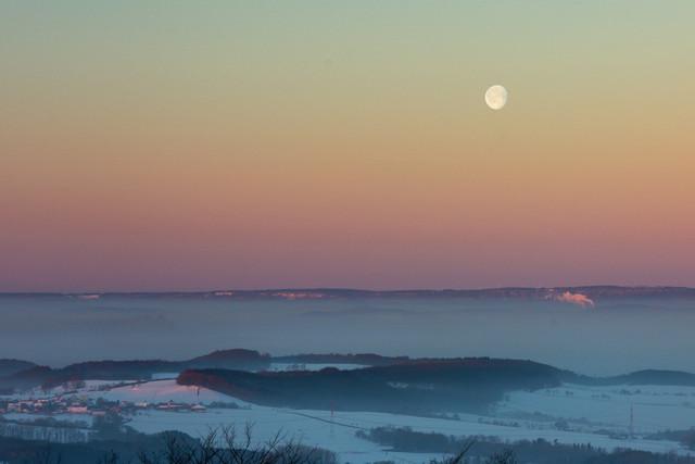 Winterlandschaft am frühen Morgen  | Winterlandschaft am frühen Morgen mit Morgenrot und Monduntergang. Das Tal verhangen vom Nebel am Morgen.